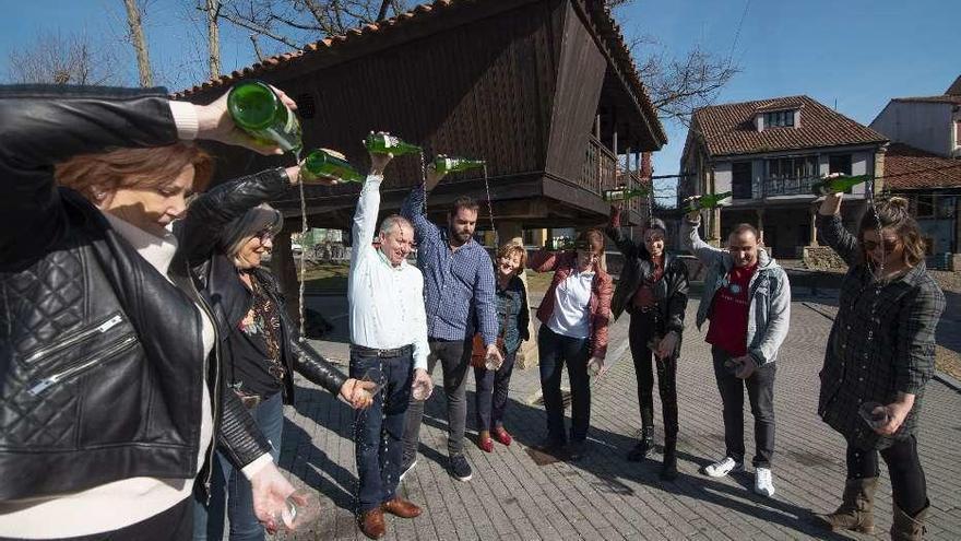 La sidra espalma para la Unesco a orillas de los bares de Avilés