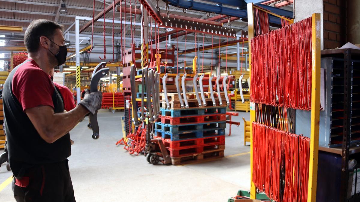 La fàbrica de Solà a Calaf amb treballadors durant el procés de muntatge.