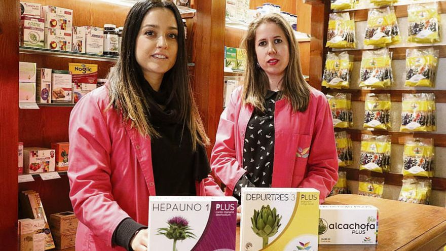 La nutricionista Marta Barba, a la derecha, junto a Virginia Llamas, dependienta de Gartabosalud.