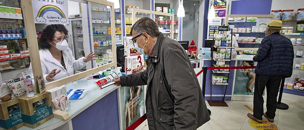 Los farmacéuticos aseguran que están preparados para realizar test de antígenos. | D. TORTAJADA