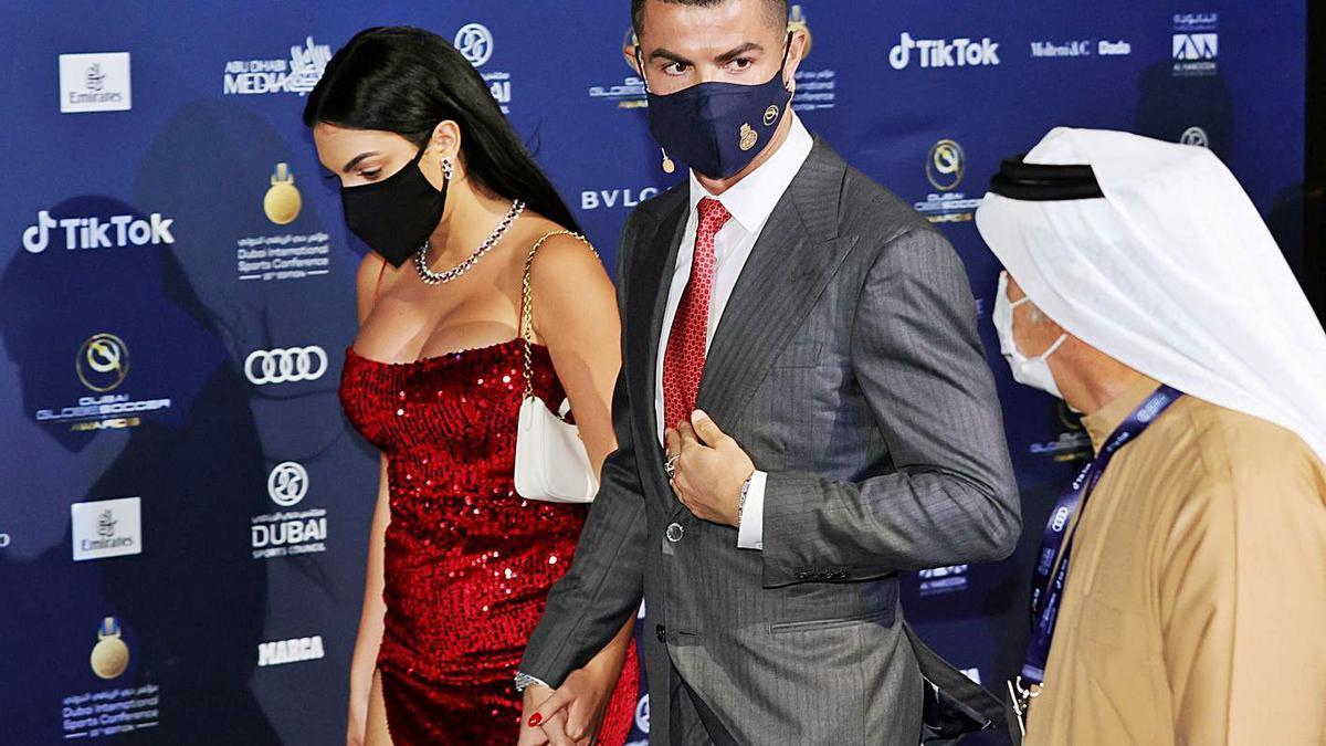 Cristiano Ronaldo, con su pareja, ayer en Dubai a la entrada de la gala.  | REUTERS/CHRISTOPHER PIKE