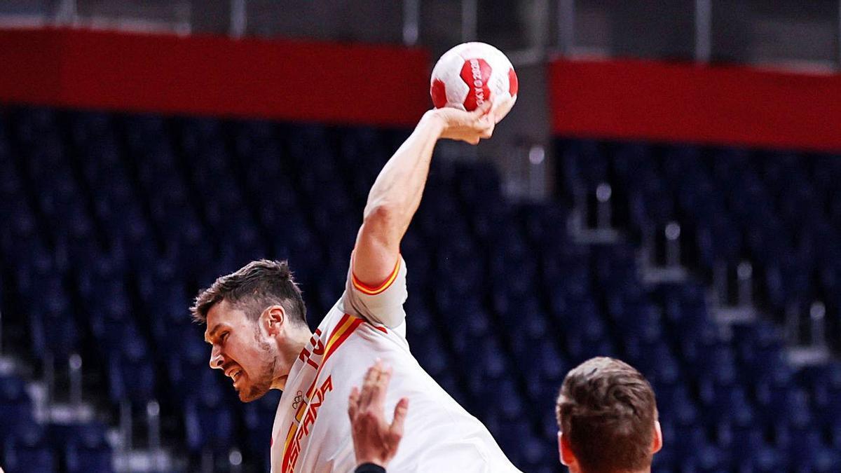 Dujshebev lanza en un momento del partido de ayer. // EFE
