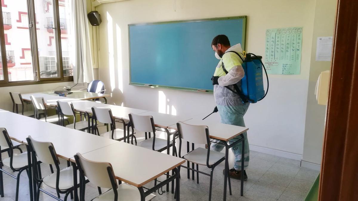 Un operario realiza una desinfección en un aula de Almendralejo