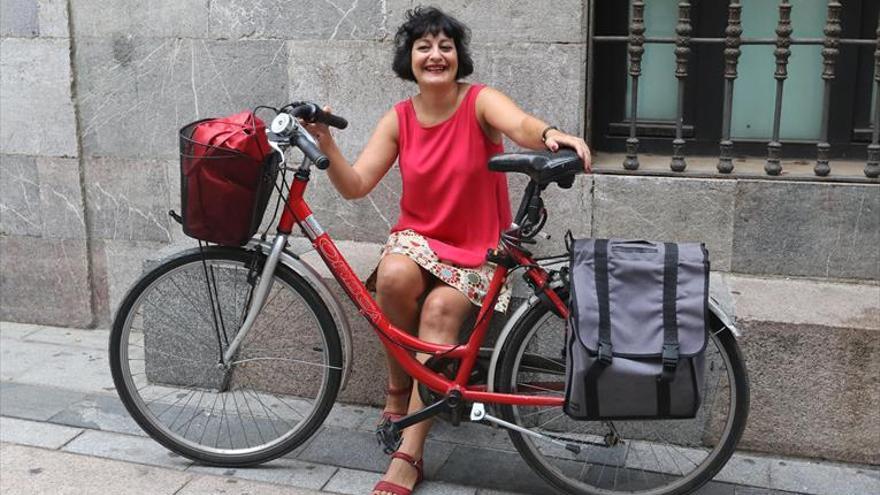 Eva Puche: «El peligro real es el coche, que mata ciclistas, no la bicicleta»