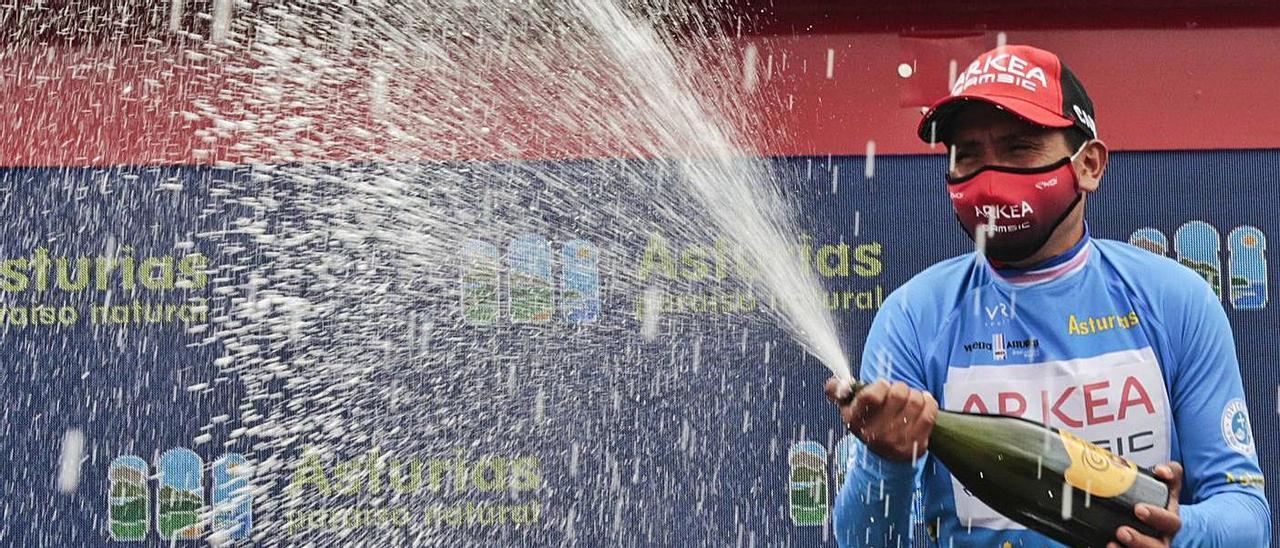 Arriba, Nairo Quintana descorcha el champán para celebrar su triunfo final en esta edición de la Vuelta a Asturias. En la imagen de la izquierda, Dani Navarro, en el podio de la ronda asturiana.  