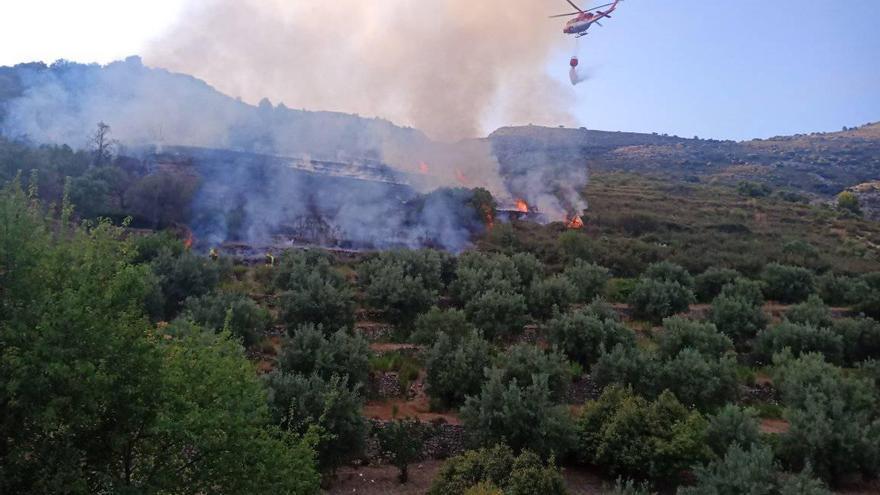 Los bomberos logran estabilizar el incendio de Tàrbena