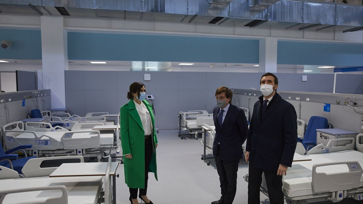 Isabel Díaz Ayuso, José Luis Martínez Almeida y Pablo Casado durante una visita al hospital.