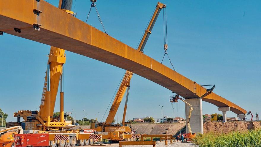Completan la plataforma de la pasarela sobre la V-30