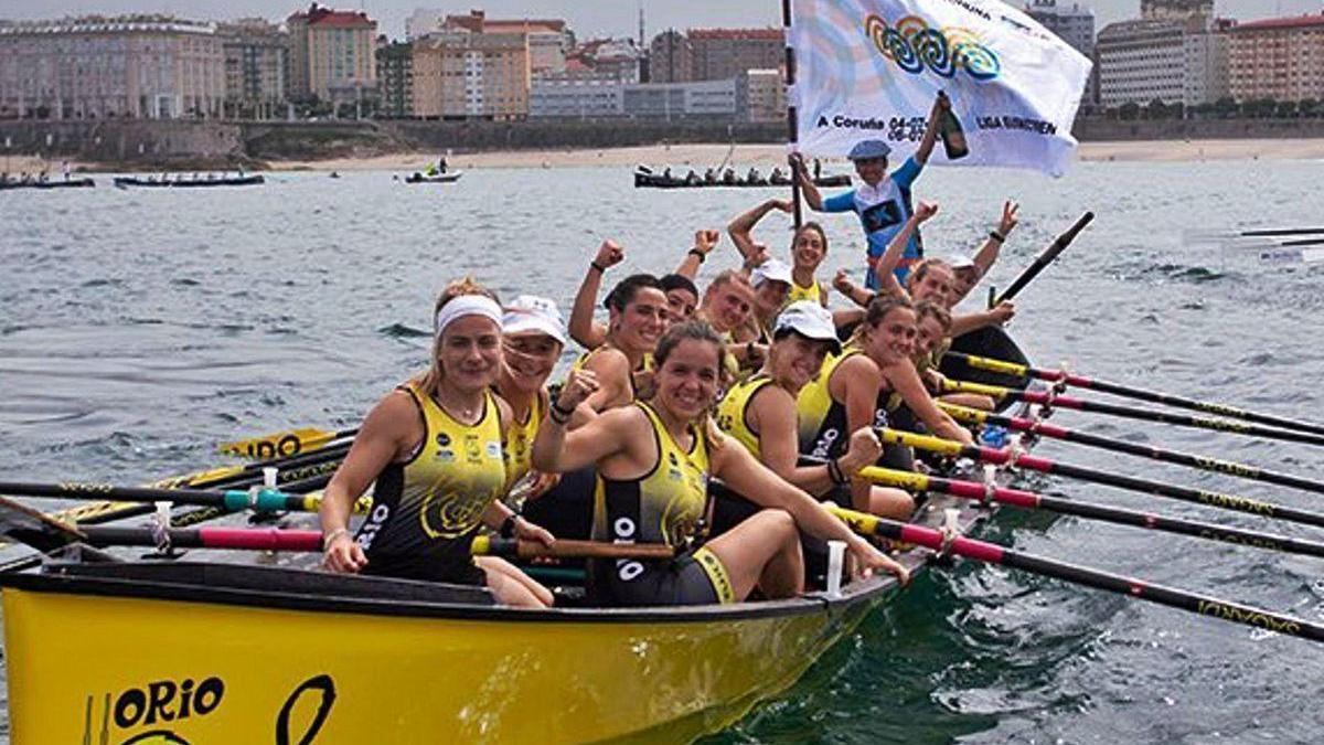 La tripulación de Orio, con la III Bandeira Cidade da Coruña, tras su triunfo en la ensenada del Orzán.