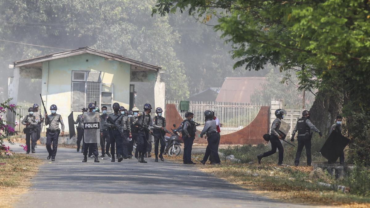 Fuerzas policiales en Birmania.