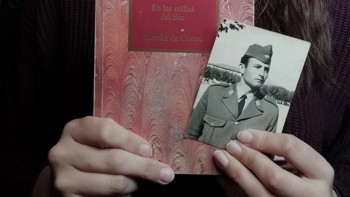 Sara muestra la fotografía que encontró en un libro de segunda mano.