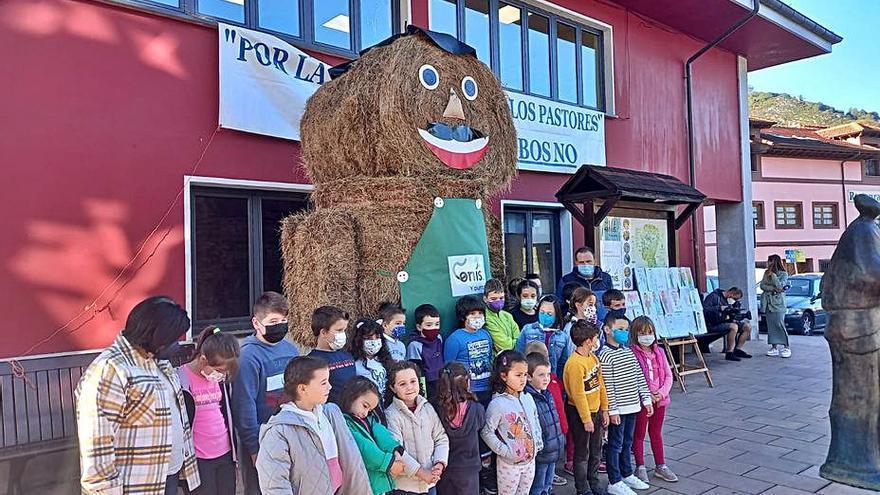 """Los alumnos de Benia (Onís) llaman """"Texéu"""" al muñeco de bolas de silo"""