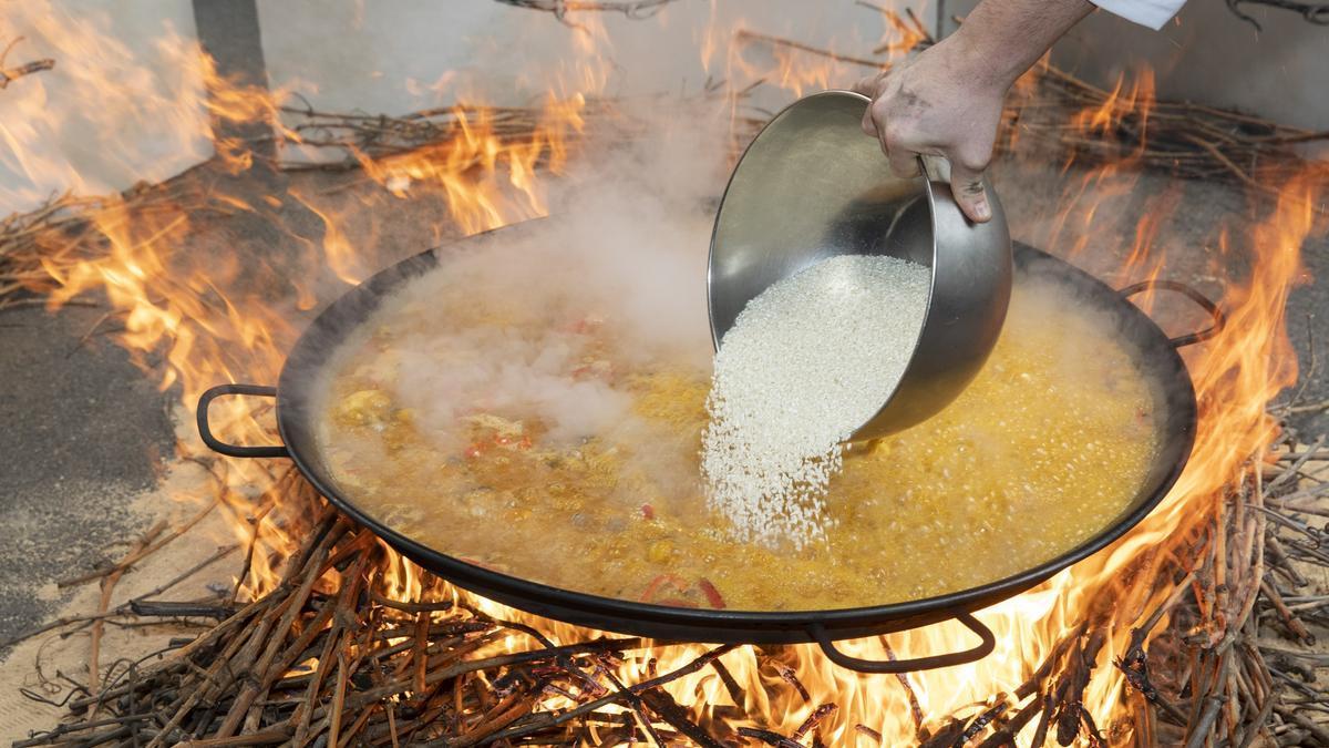 Son muchos los restaurantes de la provincia que apuestan por la leña para preparar la paella, lo que da un sabor especial a este plato.
