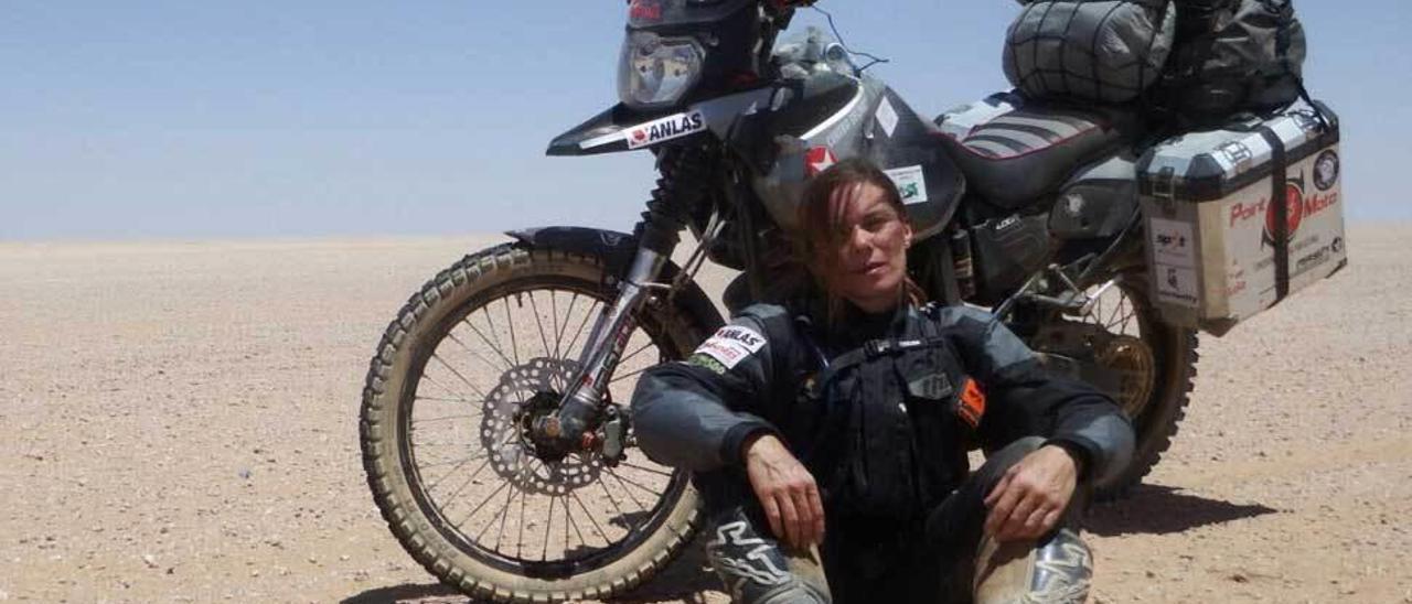 Judith Obaya, tomándose un respiro durante la travesía en el Sahara.