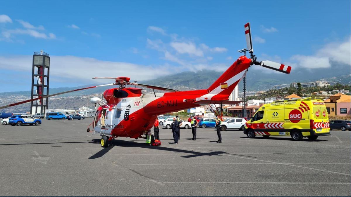 Helicóptero que rescató a la bañista sin vida en la playa de San Roque (Tenerife).