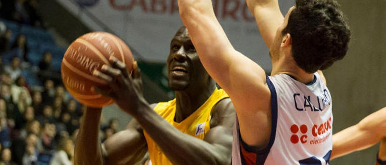 Savané intenta lanzar a canasta ante Caloiaro.