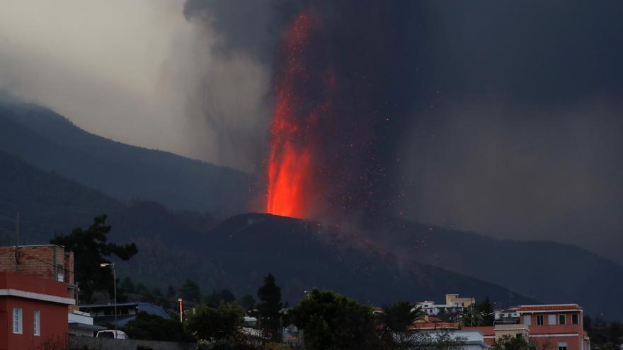 Directo | El volcán genera dos nubes de ceniza y sigue en curso con fases más explosivas