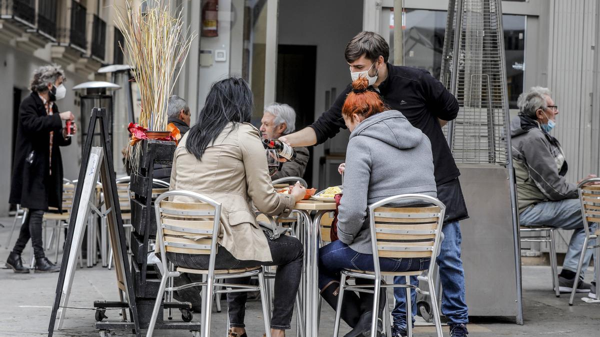 Varias personas disfrutan de una terraza en Valencia.