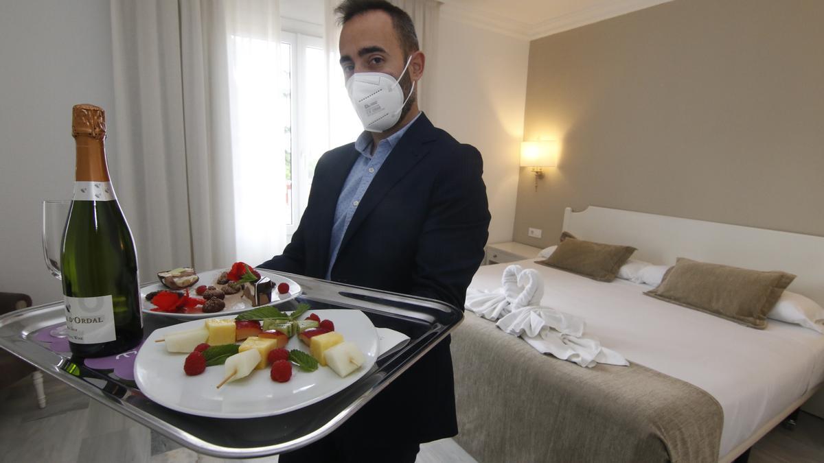 José Pallarés, responsable del Ayre Hotel Córdoba, en una de las habitaciones.