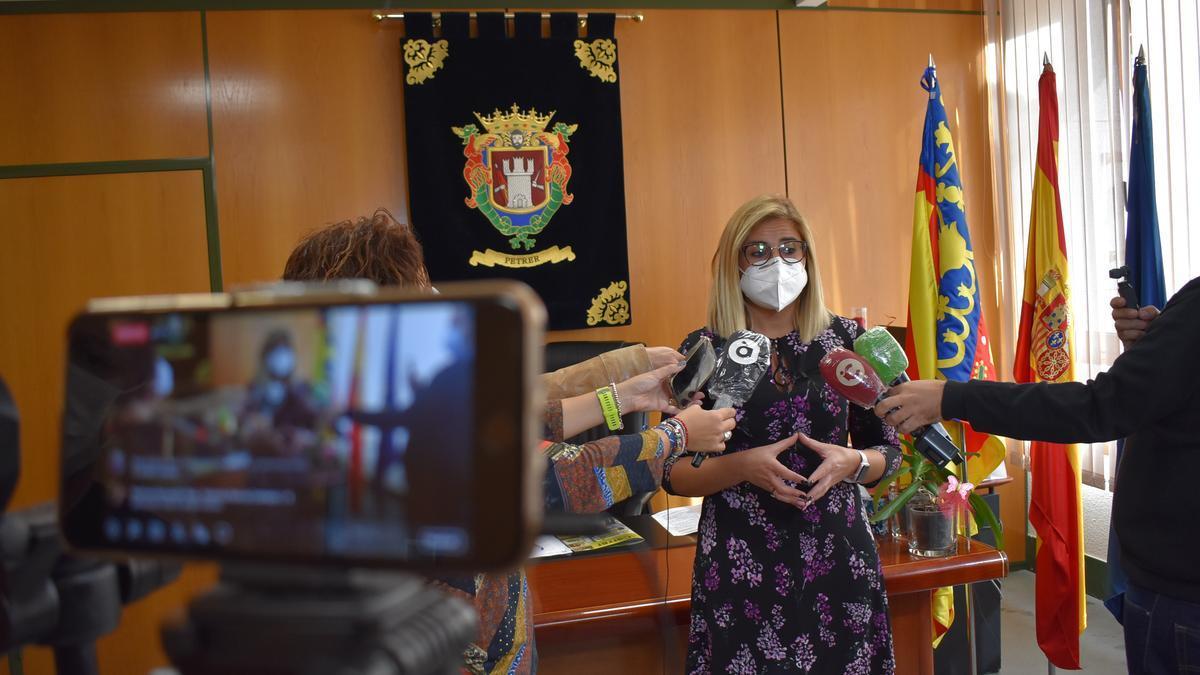 La alcaldesa de Petrer, Irene Navarro, durante una comparecencia pública en el Ayuntamiento.