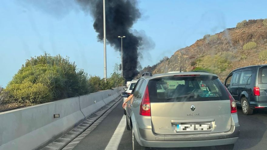 Un vehículo arde en la GC-1