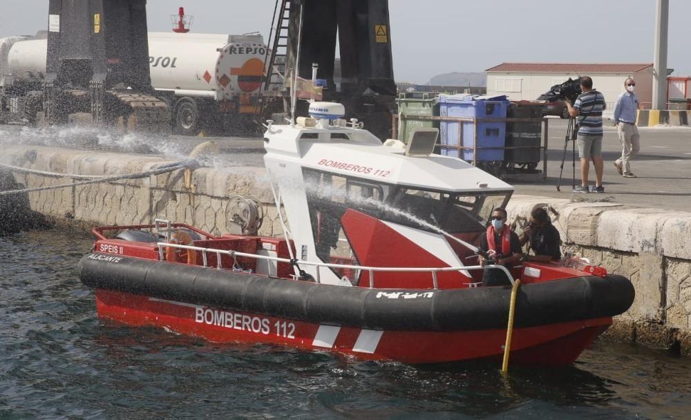 La dotación de los Bomberos cuenta con una motobomba capaz de suministrar 400 litros de agua, llega hasta los 38 nudos y es insumergible.