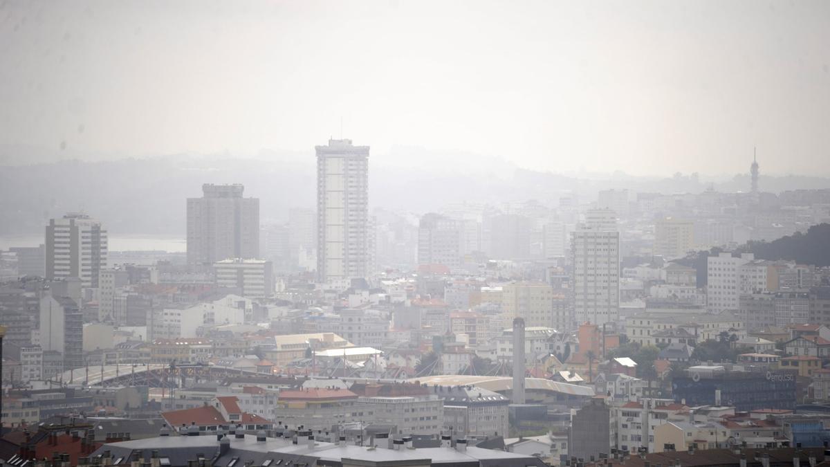 Panorámica de A Coruña bajo la niebla.