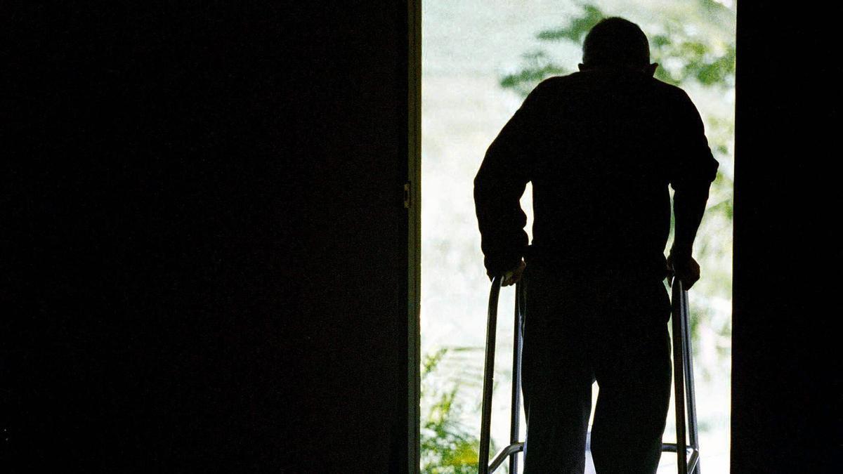 Una persona dependiente camina con su andador.