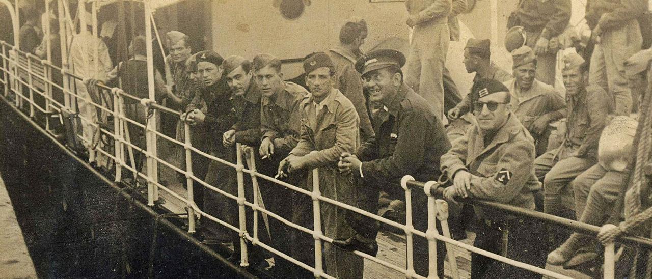 En la imagen, tropas embarcadas en el Puerto de Las Palmas, en 1936, que partían hacia los distintos frentes donde muchos canarios combatieron.     ARCHIVO LP/DLP