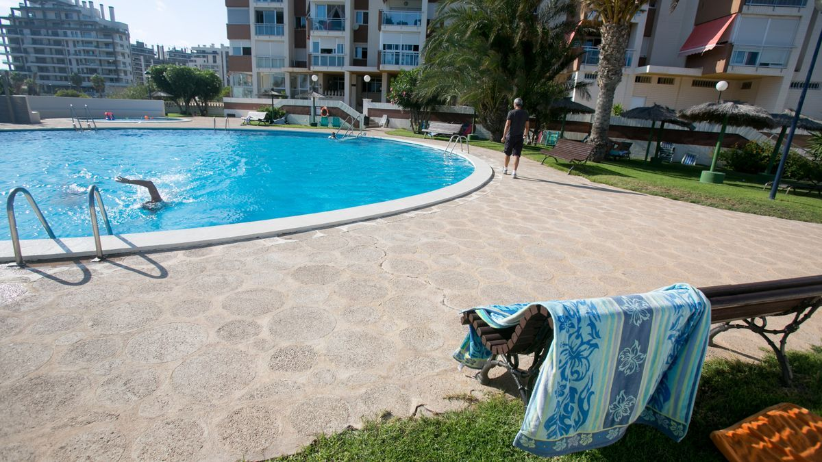 Fotografía de archivo de una piscina comunitaria en Playa de San Juan.