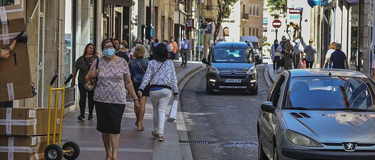 Vecinos y vehículos pasan por la Corredora de Elche durante estos días.