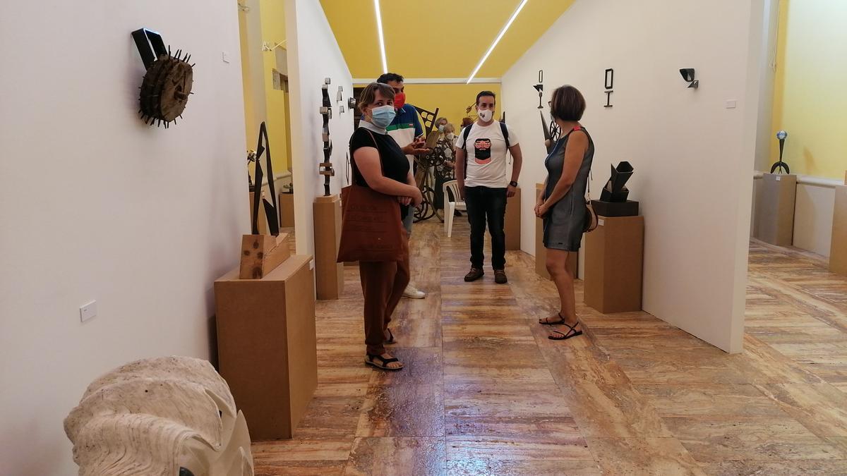 Invitados a la inauguración de la muestra admiran las obras