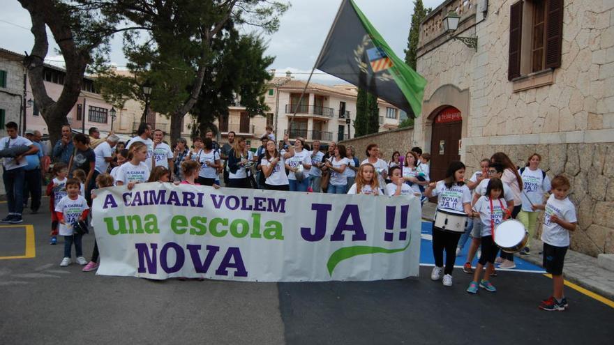 Sonora cacerolada ante el Consistorio para reclamar un nuevo colegio en Caimari