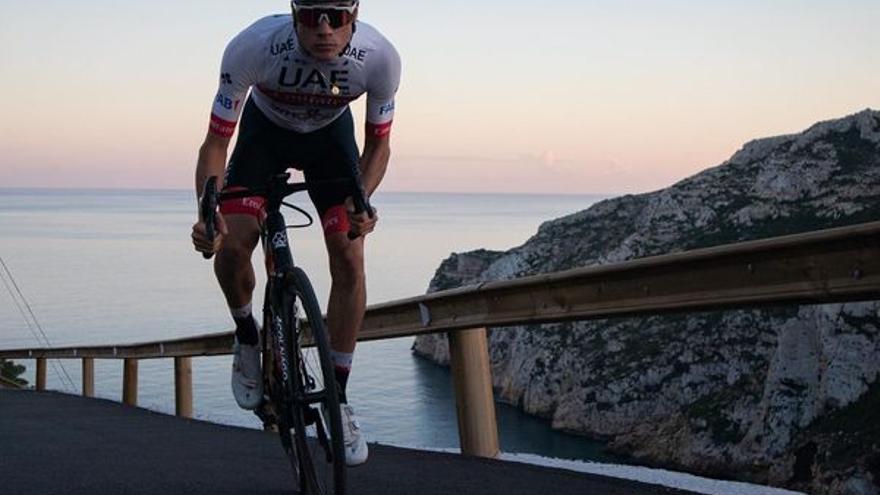 El ciclista de Xàbia Juan Ayuso luce el maillot del UAE Emirates en la Granadella