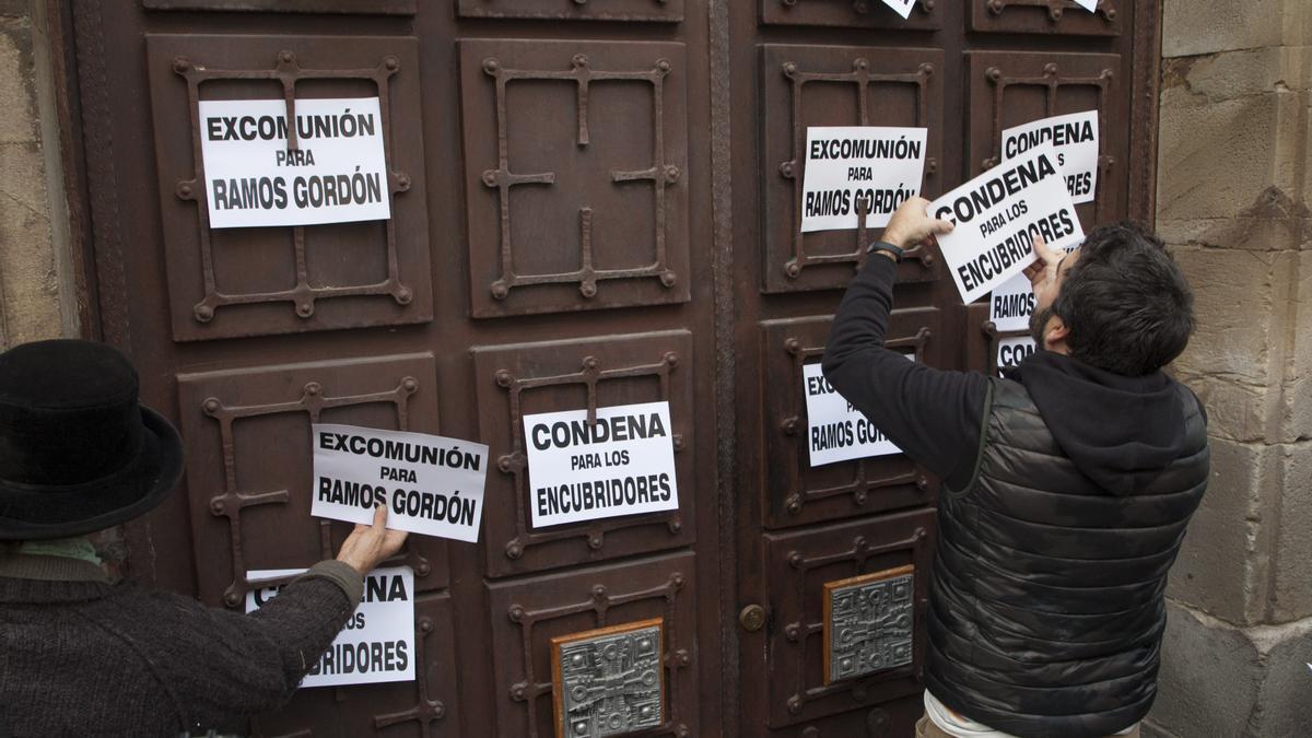 Manifestación contra los abusos sexuales frente al Palacio Episcopal de Astorga.