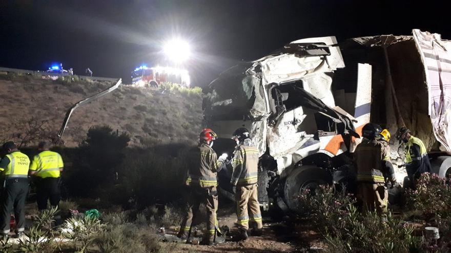Muere un hombre tras caer el camión frigorífico que conducía por una rotonda elevada en Murcia