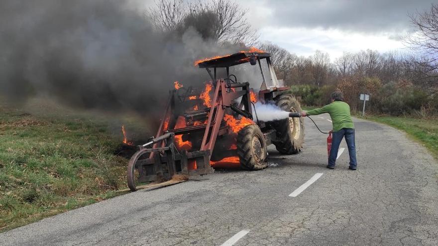 Arde un tractor en una carretera de Cobreros
