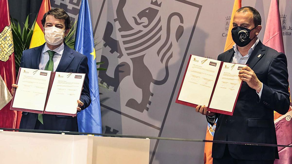 Alfonso Fernández Mañueco y Francisco José Requejo, ayer, tras la firma del protocolo. | Ical