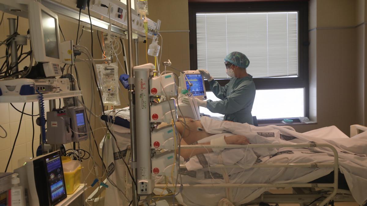 Paciente en la UCI de un hospital de la provincia