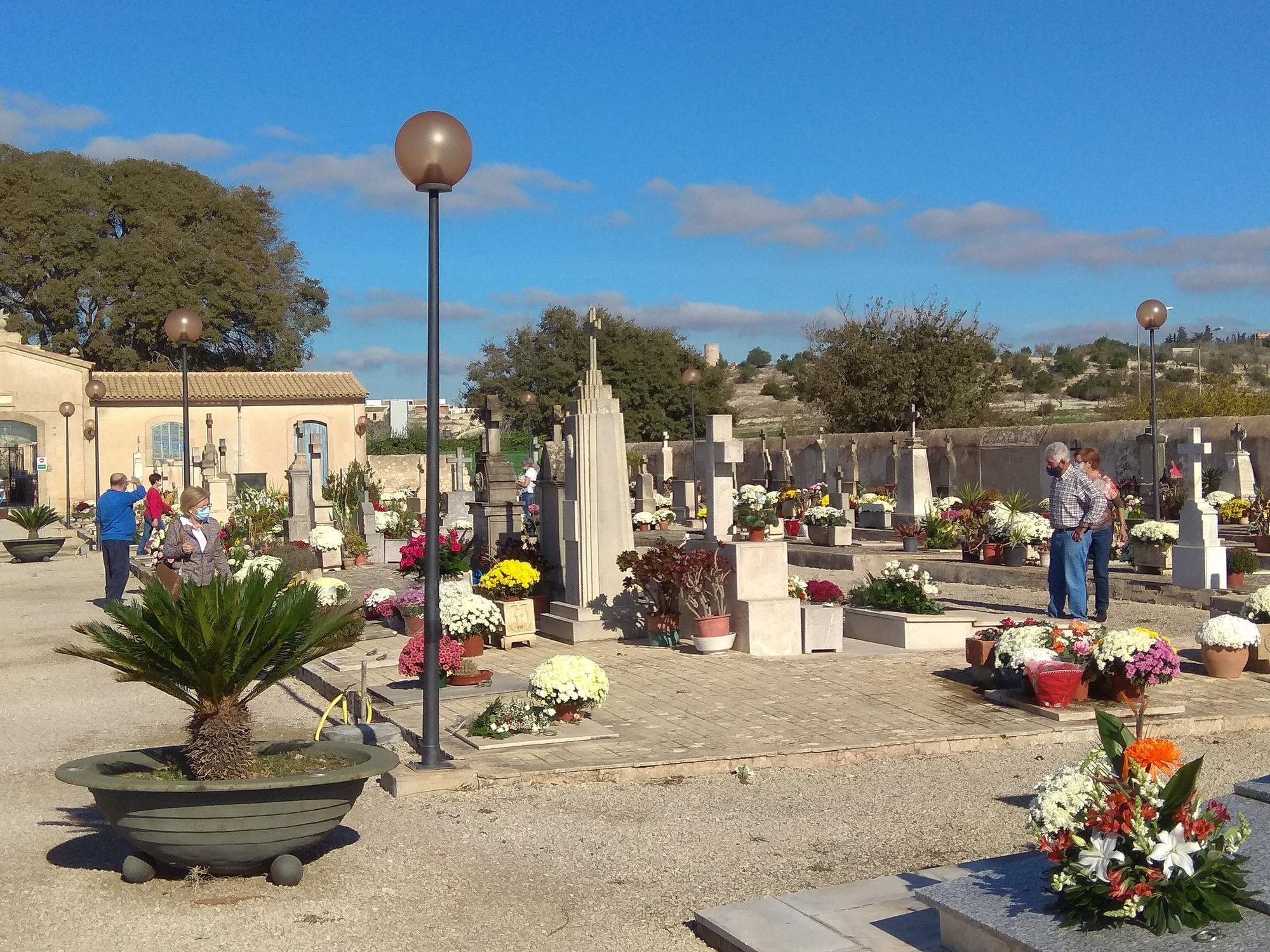 Familiares visitando sus difuntos en Montuïri