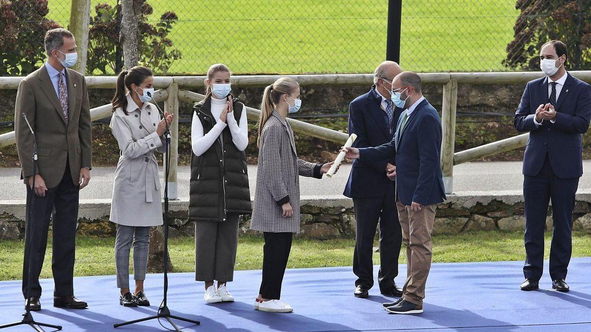 """La Princesa Leonor entrega el diploma de """"Pueblo ejemplar"""" a Pablo Martínez, secretario de la parroquia rural de Somao."""