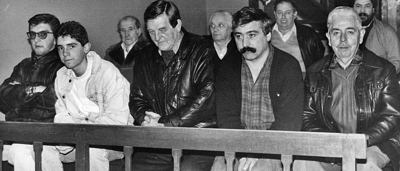 Varios de los multimillonarios, como Antonio Barrero, segundo por la derecha, en la misa de Reyes. | Jorge Jardón | | NACHO OREJAS