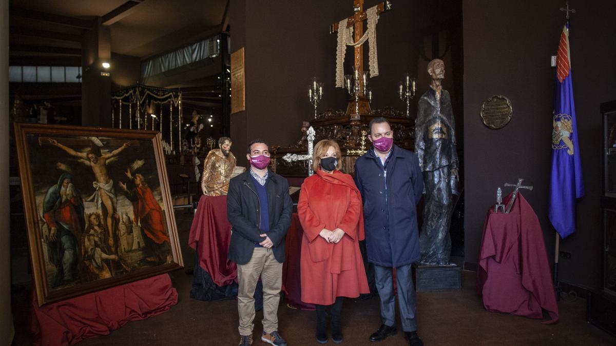 Desde la izquierda: Eloy Tomé, Isabel García Prieto y José María Viejo, junto a las obras cedidas, en el Museo de Semana Santa
