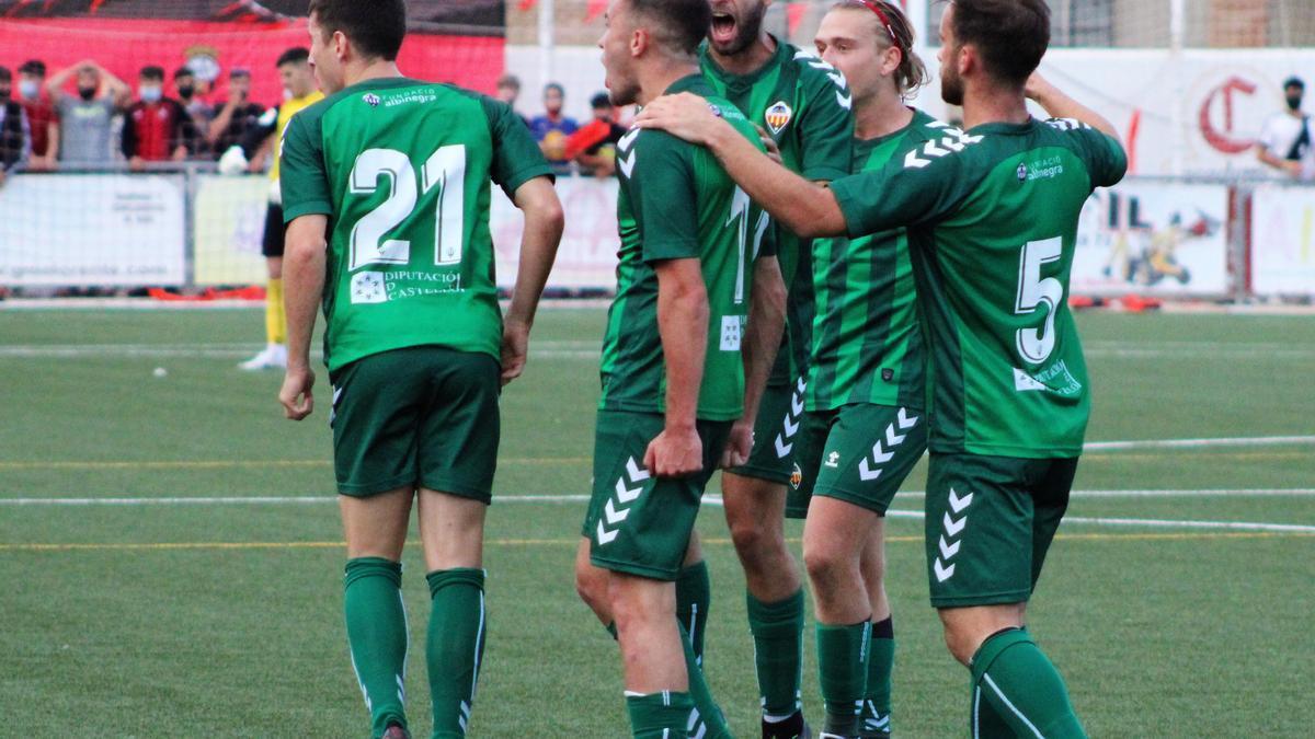 Los jugadores del Castellón B celebran el 0-1 de Emilio Isierte en Utiel.