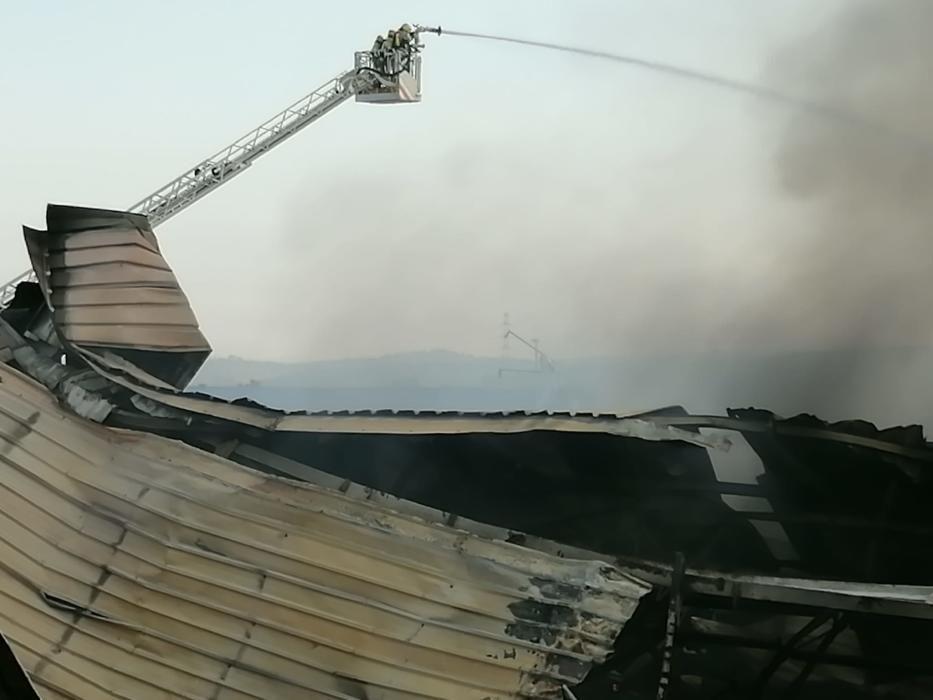 Els bombers ja han controlat el foc del Polígon Sant Isidre de Sant Fruitós