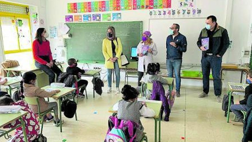 El cuento benéfico 'Sani, el gorrito mágico' llega a los colegios del municipio de San Javier