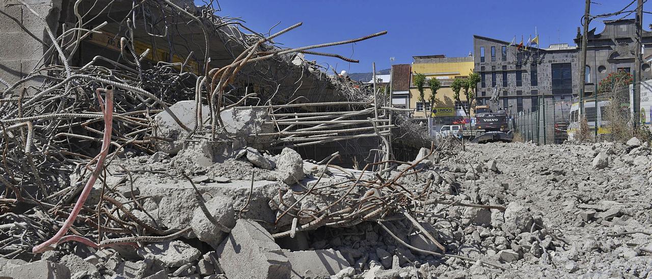 Vista de uno de los laterales del mamotreto ya demolido con el Ayuntamiento de Santa Brígida al fondo.     JUAN CASTRO