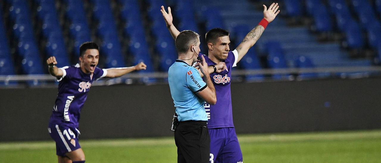 Djuka, con Manu detrás, celebra el 0-2 después de que el VAR confirmara al colegiado Iglesias Villanueva que el tanto era legal.   LOF