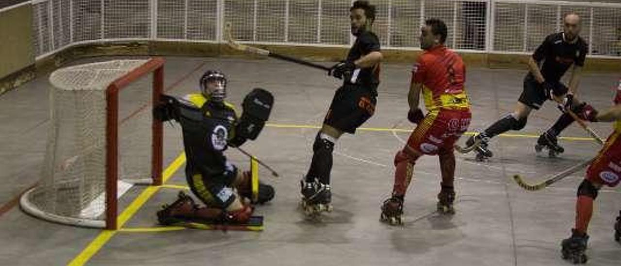 Una acción del Oviedo Booling-Manlleu disputado ayer.