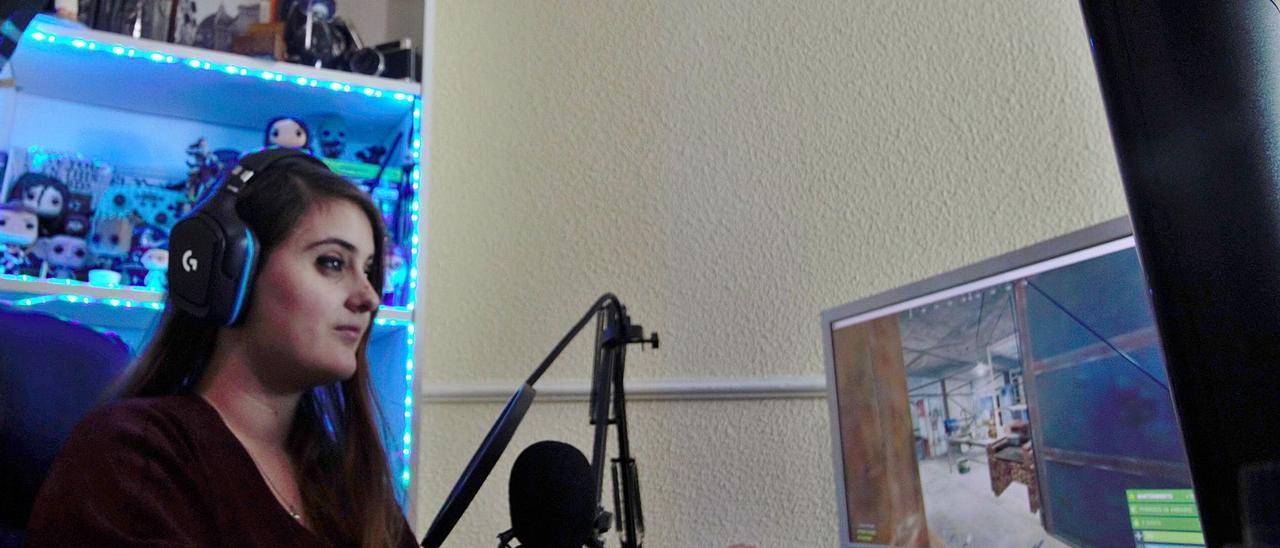 Jennifer Torre, del cantan CaoticJenn, durante un directo en Twitch.